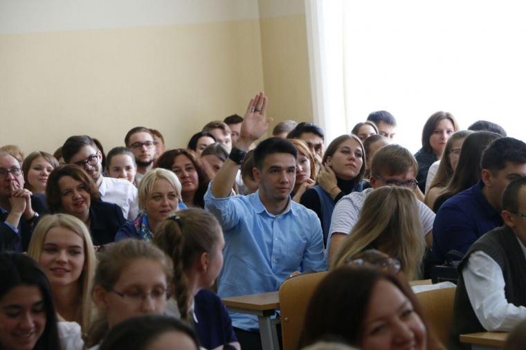 На встрече со студентами-медиками Александр Бурков пообещал подумать над возрождением фармпроизводства в Омске