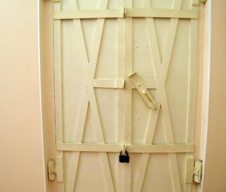 белая металлическая дверь с окошком