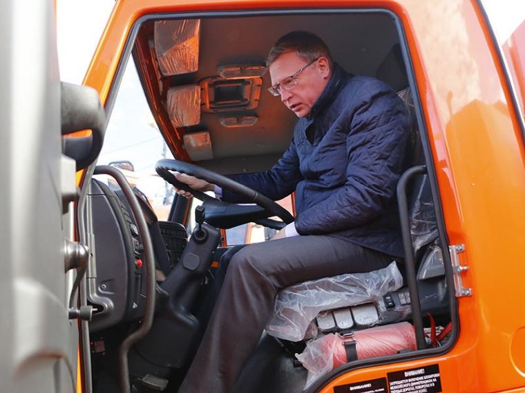 Бурков оценил новую технику для омских дорожников