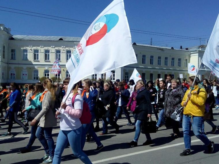 Тысячи школьников прошли по Омску скандируя слова из песни «Россия»