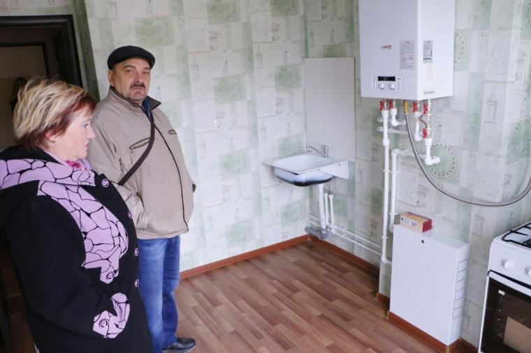 Бурков вручил ключи от новых квартир детям-сиротам